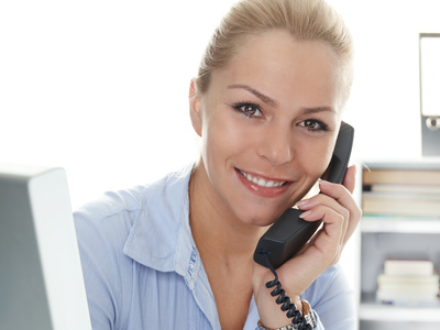 Female office assistant has a call at the office, © Maksym Yemelyanov, (Quelle: http://de.fotolia.com/)